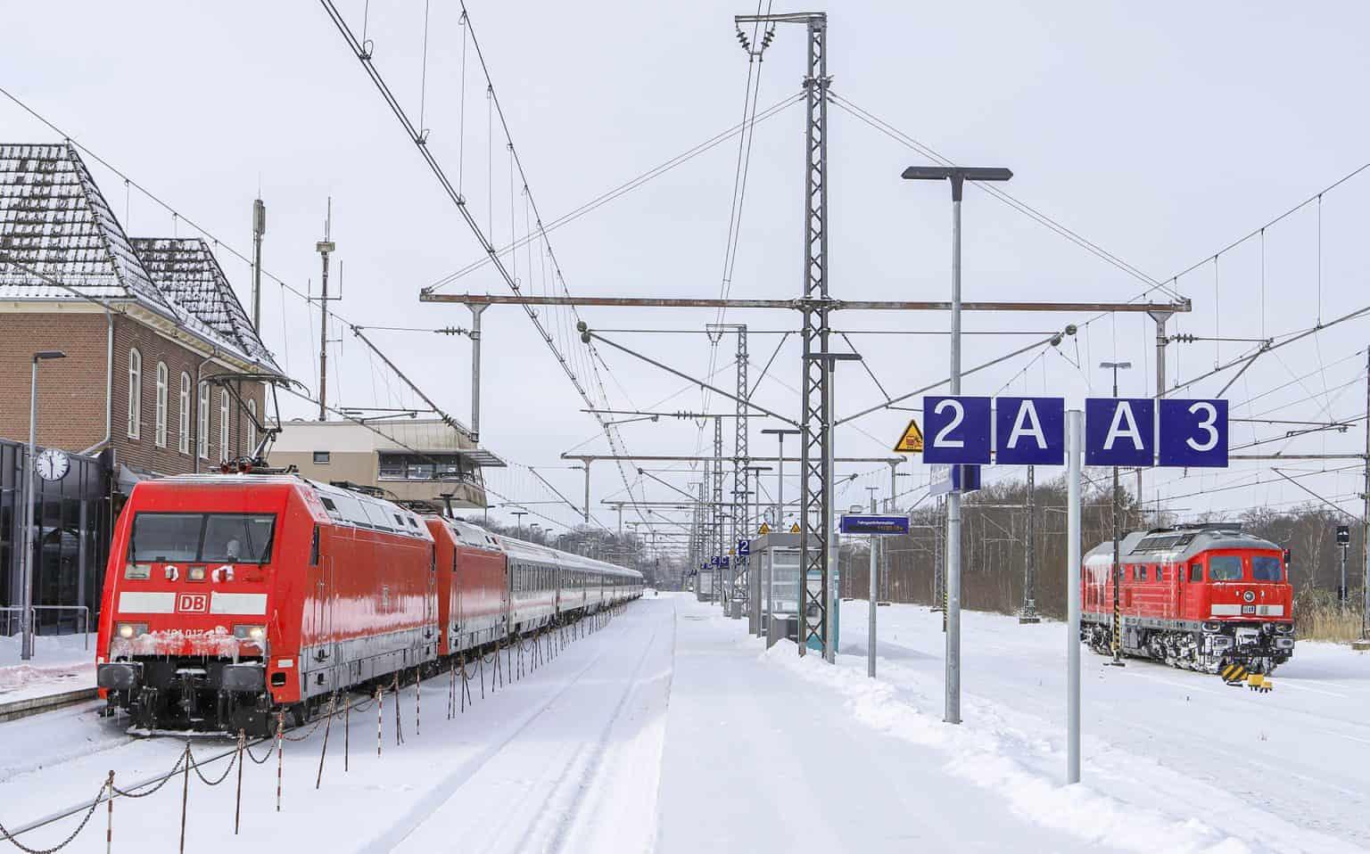 DB 101 017-2 + 101 123-8 met Leerzug 27859 (lege, zaterdag gestrande IC van Bentheim naar Berlijn) gereed voor vertrek in Bad Bentheim, 9 febr 2021.-GF