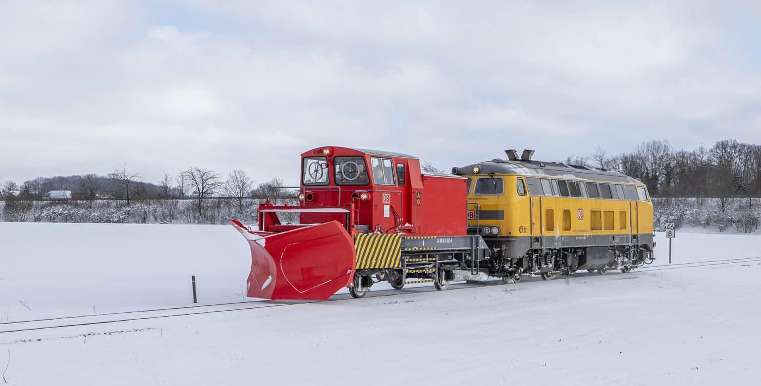 Loc 281 477 van DB Netz rijdt met een sneeuwploeg over de al drie dagen niet meer gebruikte lijn Münster-Gronau ter hoogte van Ochtrup, 10 februari 2021.