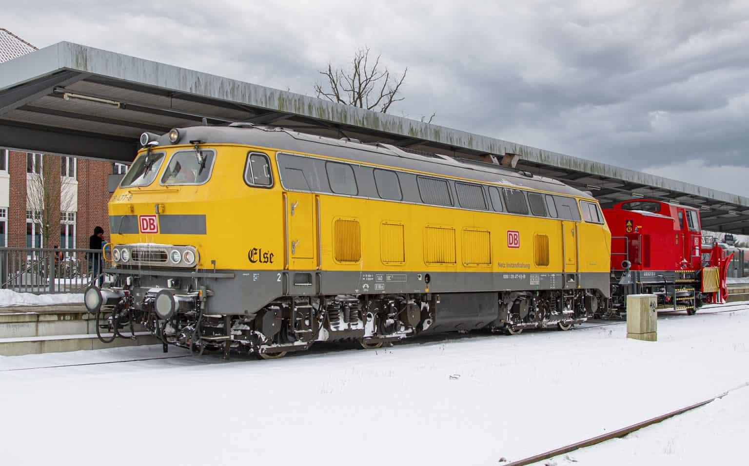 Loc 218 477 en de sneeuwploeg wachten in station Gronau op vertrek naar Coesfeld.