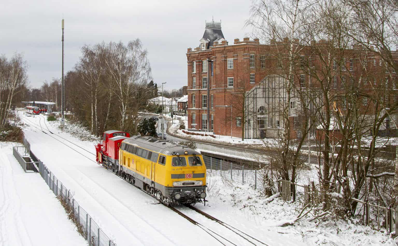 DB Netz-loc 218 477 verlaat met een sneeuwploeg Gronau en gaat op weg naar Coesfeld, 10 februari 2021