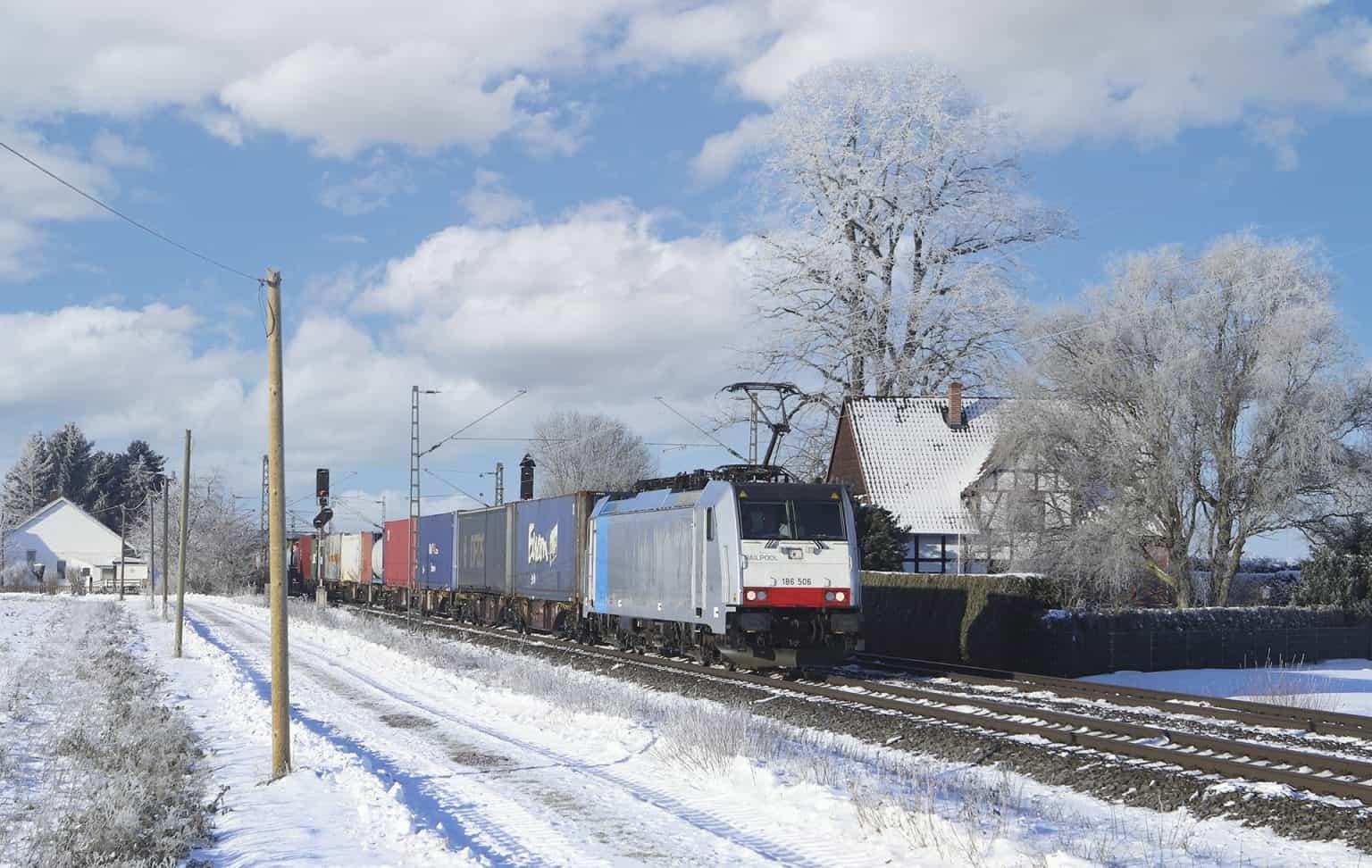 Door RTB gehuurde 186 506 met containertrein bij Probsthagen, 13-02-2021.-GF.