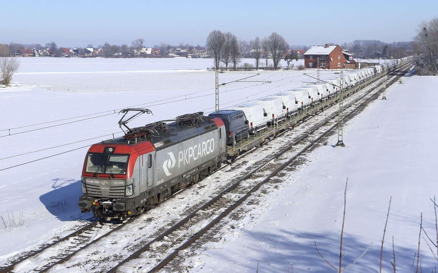 PKP Cargo 193 508 met VW Craftertrein naar Emden, Echtorf, buurtschap bij Seggebruch, 13-02-2021.-GF