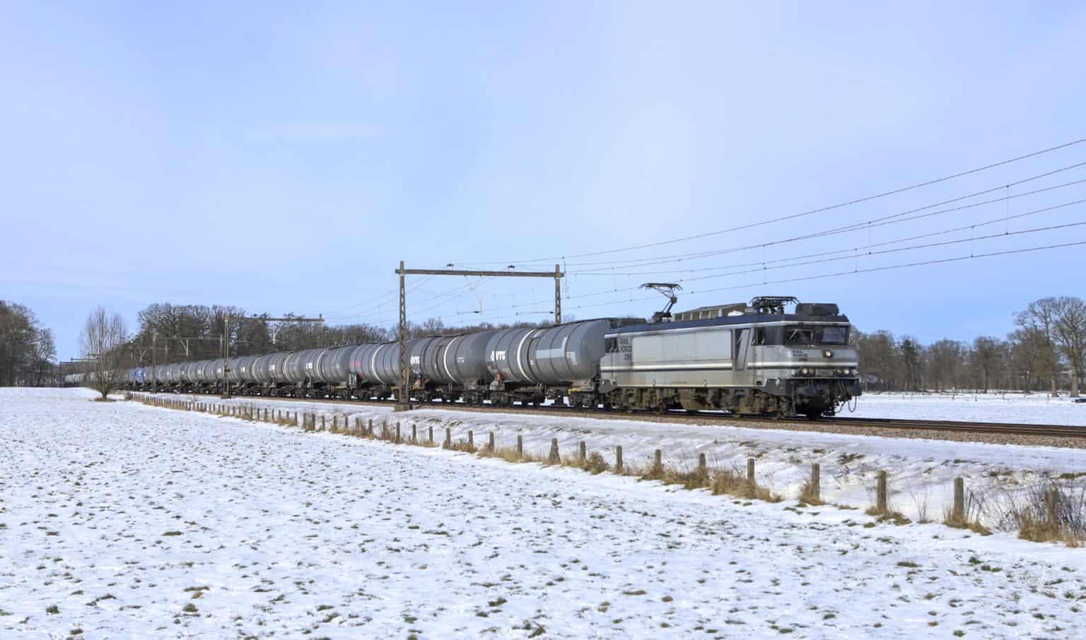 RFO 1829 met keteltrein 42799 (Kijfhoek-Bad Bentheim) bij Almelo, 14-02-2021.-SF.